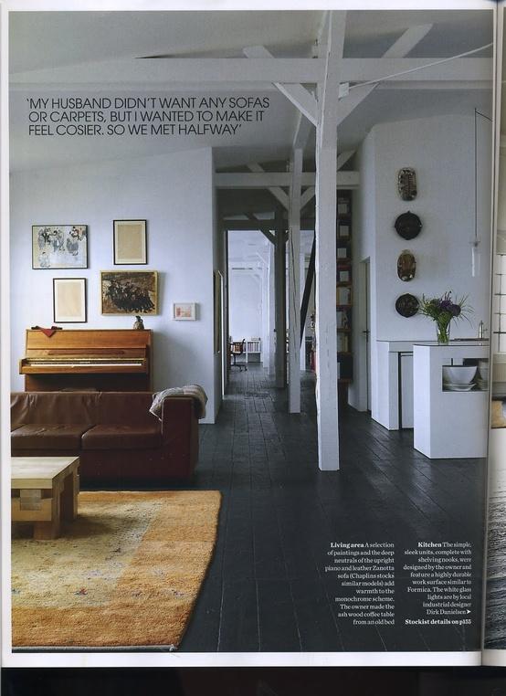 ... en licht houten meubels doen het heel goed bij een donkerbruine vloer